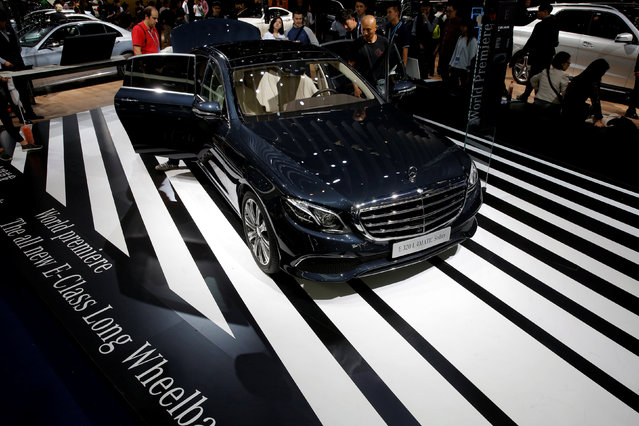 Visitors look around a Mercedes-Benz's E320 L 4MATIC Sedan model during the Auto China 2016 show in Beijing, China April 25, 2016. (Photo by Kim Kyung-Hoon/Reuters)