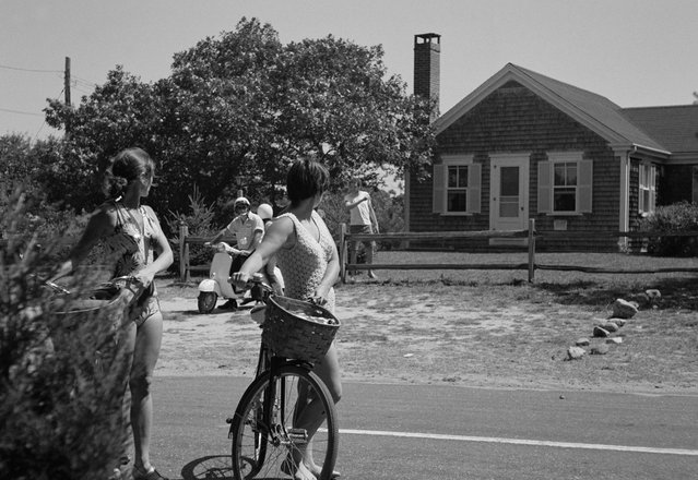 Tourists pause outside the house in Chappaquiddick Island, Martha's Vineyard on August 25, 1969,, where a cook-out was held on July 18, 1969 where Sen. Edward Kennedy hosted a reunion for campaign workers from Robert Kennedy's presidential campaign.  Leaving the party on July 18, 1969, Sen. Edward Kennedy drove a car off the Dike Bridge on Chappaquiddick island, Martha's Vineyard with campaign worker Mary Jo Kopechne, who downed in the submerged car. (Photo by AP Photo)