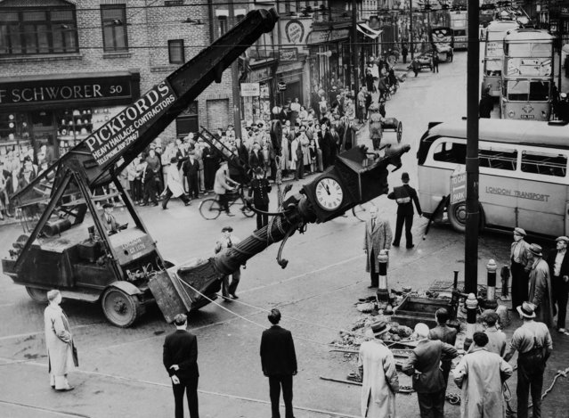Queen Victoria jubilee clock removed for traffic improvement in London on August 1938. (Photo by Keystone-France/Gamma-Keystone via Getty Images)