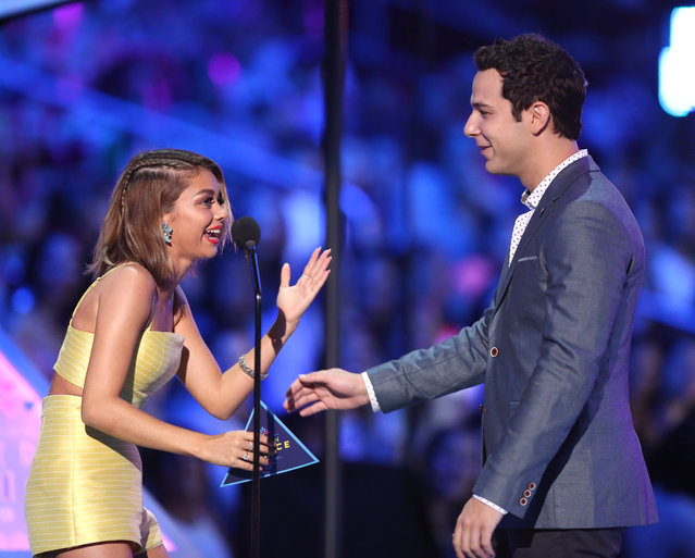Sarah Hyland, left, and Skylar Astin present the award for choice comedian at the Teen Choice Awards at the Galen Center on Sunday, August 16, 2015, in Los Angeles. (Photo by Matt Sayles/Invision/AP Photo)