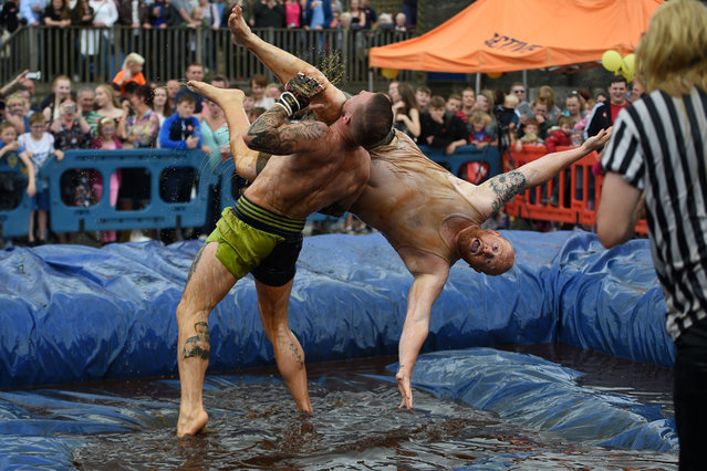 Competitors take part in the 10th annual World Gravy Wrestling Championships held at the Rose 'n' Bowl Pub near Bacup, north west England on August 28, 2017. (Photo by Oli Scarff/AFP Photo)