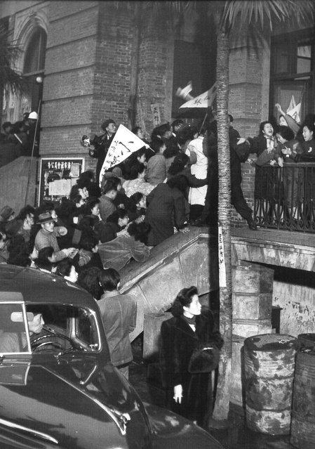 1948年1月,舞女们冲击上海社会局抗议提升执照费。 (In January 1948, dancers have the impact of the Shanghai Bureau of Social Affairs to protest enhance the license fee)