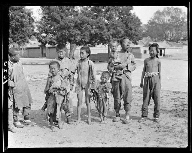 Beggars, Beihai Park. China, Beijing, 1917-1919. (Photo by Sidney David Gamble)