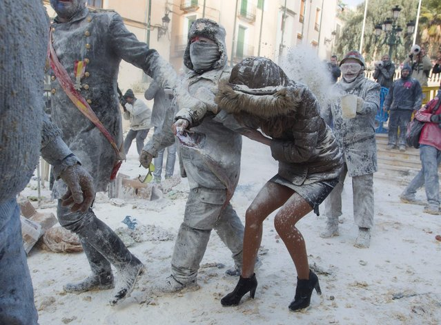 """Revellers dressed in mock military garb take part in the """"Els Enfarinats"""" battle in the southeastern Spanish town of Ibi on December 28, 2017. (Photo by Jaime Reina/AFP Photo)"""