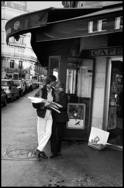 Bises (kisses) et baguettes (bread). Paris, 1995. (Photo and comment by Peter Turnley)