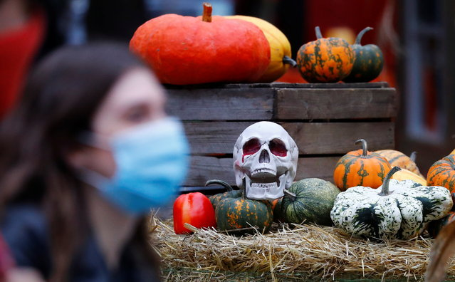 Pumpkins and a mock up skull are seen ahead of Halloween at Wilmersdorfer Strasse shopping street, as the coronavirus disease (COVID-19) outbreak continues, in Berlin, Germany, October 26, 2020. (Photo by Fabrizio Bensch/Reuters)