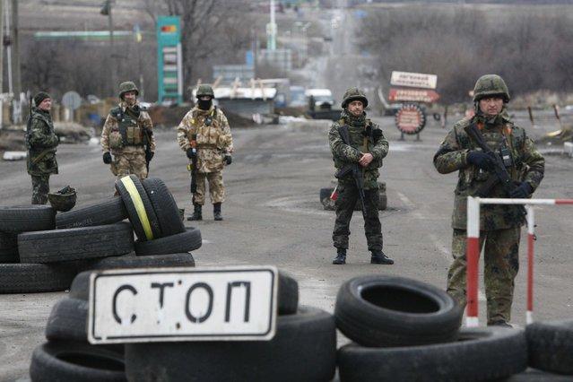 Ukrainian servicemen stand guard at a checkpoint near the eastern Ukrainian town of Debaltseve in Donetsk region, December 24, 2014. (Photo by Valentyn Ogirenko/Reuters)