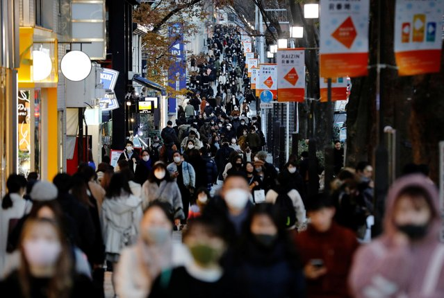 Pedestrians wearing protective masks amid the coronavirus disease outbreak make their way at a shopping district in Tokyo, Japan, on December 17, 2020. (Photo by Kim Kyung-Hoon/Reuters)