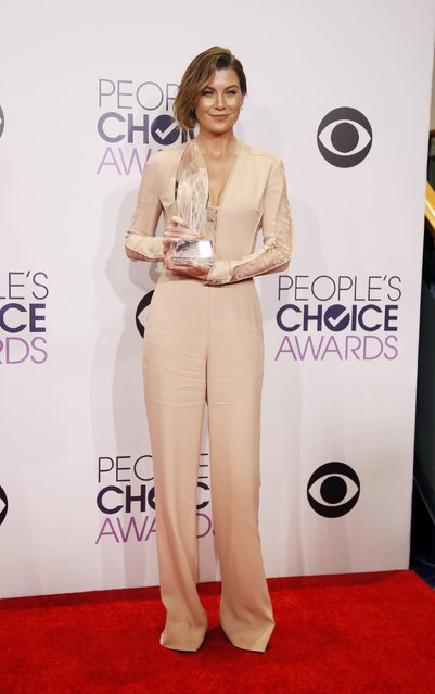 Actress Ellen Pompeo poses backstage with her award for Favorite Dramatic TV Actress during the 2015 People's Choice Awards in Los Angeles, California January 7, 2015. (Photo by Danny Moloshok/Reuters)
