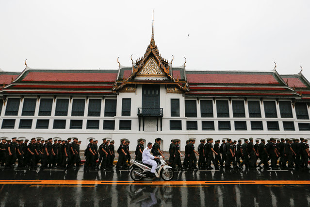 Soldiers walk in front of the Grand Palace where Thailand's late king Bhumibol Adulyadej is lying in state in Bangkok, Thailand November 8, 2016. (Photo by Jorge Silva/Reuters)