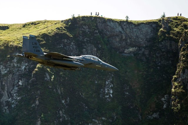 """A United States Air Force (USAF) F-15 fighter jet travels at low altitude through the """"Mach Loop"""" series of valleys near Dolgellau, north Wales on June 26, 2018. (Photo by Oli Scarff/AFP Photo)"""