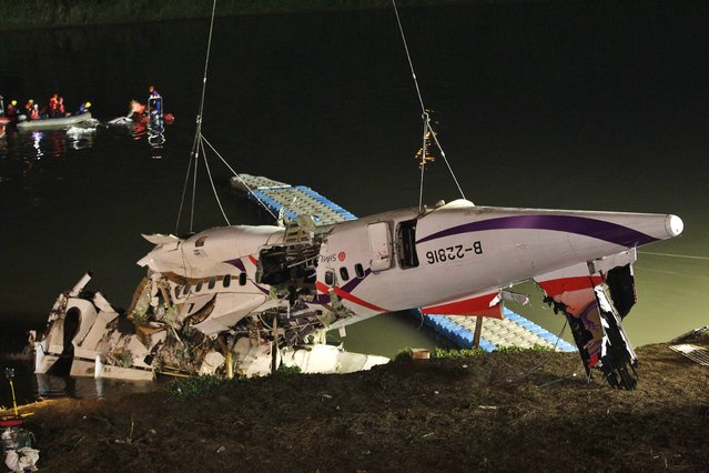 The wreckage of a TransAsia Airways turboprop ATR 72-600 aircraft is recovered from a river, in New Taipei City, February 4, 2015. (Photo by Pichi Chuang/Reuters)
