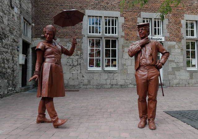 "Artists called ""Le couple en chocolat"" take part in the festival ""Statues en Marche"" in Marche-en-Famenne, Belgium, July 22, 2018. (Photo by Yves Herman/Reuters)"