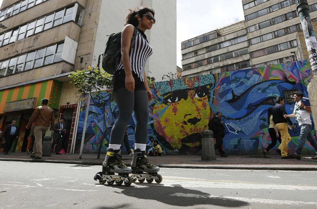 """A woman rollerblades during """"No Car Day"""" in Bogota February 5, 2015. The event was organized by the mayoral office of Bogota to encourage residents to use other modes of public transportation to help reduce the amount of pollution. (Photo by John Vizcaino/Reuters)"""