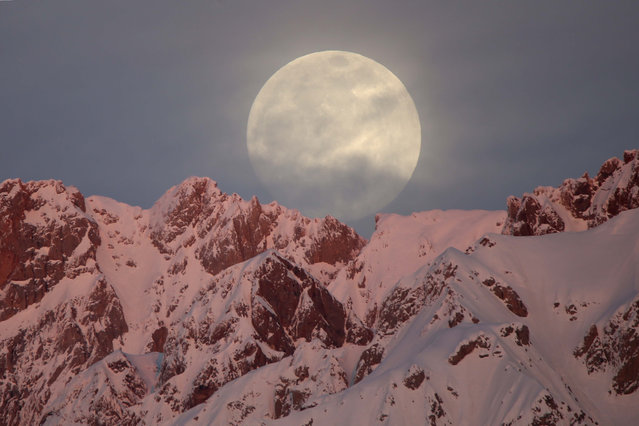 Full moon rises behind snow-covered mountains in Hakkari province of Turkey on January 20, 2019. (Photo by Ozkan Bilgin/Anadolu Agency/Getty Images)