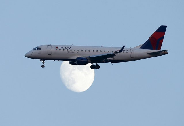 A Delta airlines commuter jet lands at LaGuardia airport in in New York in an August 28, 2012 file photo. (Photo by Eduardo Munoz/Reuters)