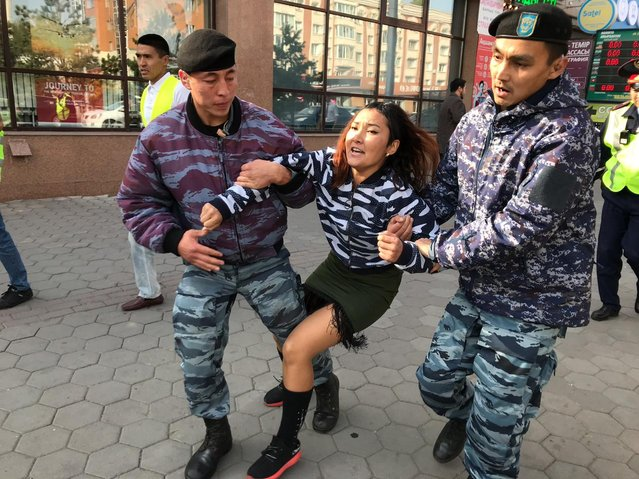Kazakh law enforcement officers detain a woman during a protest rally by opposition supporters in Nur-Sultan on September 21, 2019. (Photo by Orken Zhoyamergen/Radio Free Europe/Radio Liberty)