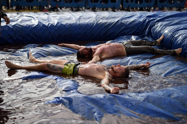 Competitors take part in the 10 th annual World Gravy Wrestling Championships held at the Rose 'n' Bowl Pub near Bacup, north west England on August 28, 2017. (Photo by /AFP Photo)