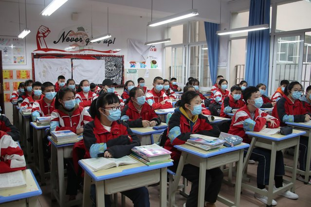Junior high students wearing face masks attend a class on their first day of returning to school following an outbreak of coronavirus, in Guiyang, Guizhou province, China on March 16, 2020. (Photo y Cnsphoto via Reuters)