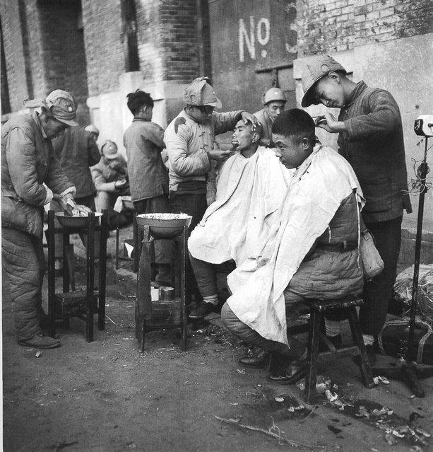 1948年10月, 上海黄浦路,在街边剃头的从东北撤下来的士兵。 (In October 1948, Shanghai Huangpu, soldiers removed from the northeast to shave their heads in the street)
