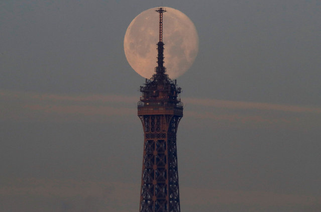 A super-moon sets over the Eiffel Tower in Paris, France, December 15, 2016. (Photo by Christian Hartmann/Reuters)