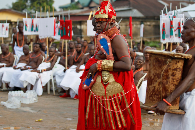 A traditional chief arrives for the coronation of Oba of Benin, Eheneden Erediauwa, outside the Oba's palace in Benin city, Nigeria October 20, 2016. (Photo by /Akintunde Akinleye/Reuters)