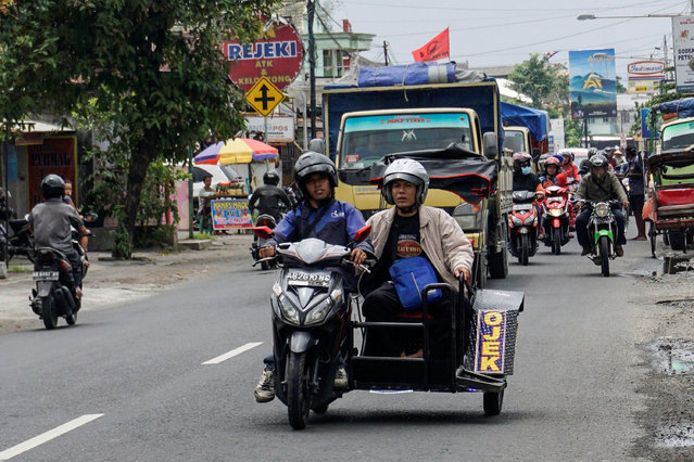 Hartanto, a disabled motorcycle taxi driver, carries a passenger in Yogyakarta, Indonesia September 20, 2016. (Photo by Hendra Nurdiyansyah/Reuters/Antara Foto)