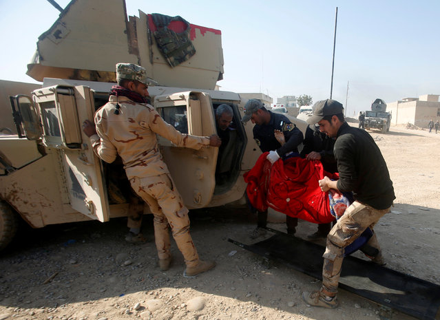 Members of Iraqi special forces carry an injured woman from clashes during a battle with Islamic State militants in Mosul, Iraq, November 29, 2016. (Photo by Khalid al Mousily/Reuters)