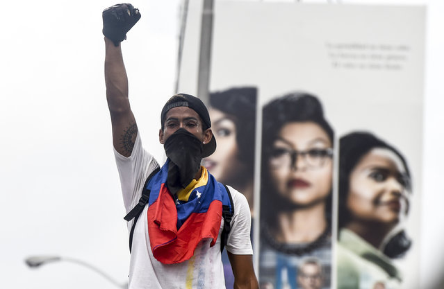 A demonstrator takes part in a protest against Venezuelan President Nicolas Maduro, in Caracas on April 20, 2017. (Photo by Juan Barreto/AFP Photo)