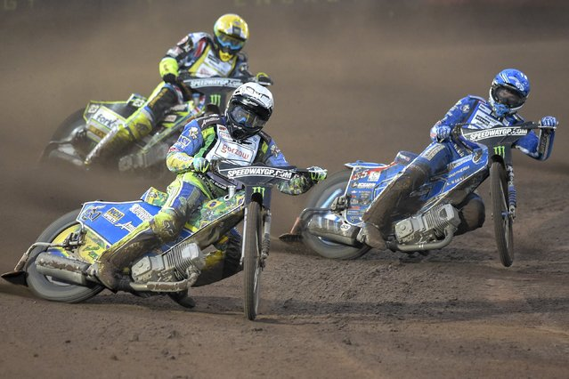 Antonio Lindback (L) of Sweden competes in the Swedish FIM Speedway Grand Prix in Malilla, Sweden July 25, 2015. (Photo by Mikael Fritzon/Reuters/TT News Agency)
