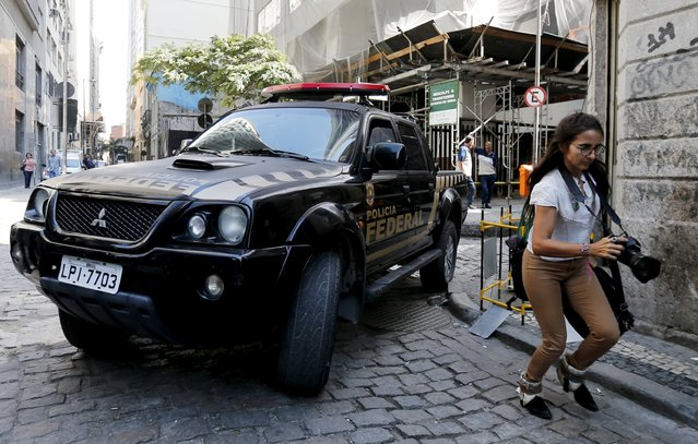 A federal police car leave the headquarters of Eletrobras' Eletronuclear division in Rio de Janeiro, Brazil, July 28, 2015. Brazilian police on Tuesday arrested two executives involved in building a nuclear power plant for Eletrobras, pulling the state-run utility into a corruption scandal that has engulfed government-owned oil company Petrobras. (Photo by Sergio Moraes/Reuters)