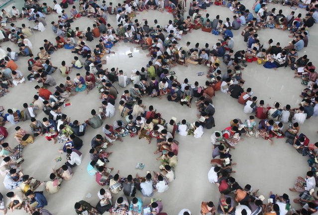 Students sit in circles during a Quran recital class on the first day of the holy fasting month of Ramadan at Ar-Raudlatul Hasanah Islamic boarding school in Medan, North Sumatra, Indonesia, Monday, June 6, 2016. During Ramadan, the holiest month in Islamic calendar, Muslims refrain from eating, drinking, smoking and s*x from dawn to dusk. (Photo by Binsar Bakkara/AP Photo)