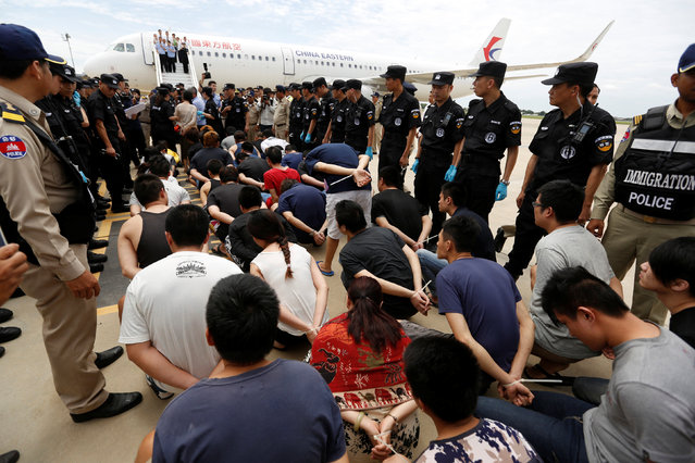 Taiwanese and Chinese nationals suspected of telecom fraud are surrounded by China police SWAT team and Cambodia police as they were deported to China at the International Airport of Phnom Penh, June 24, 2016. (Photo by Samrang Pring/Reuters)