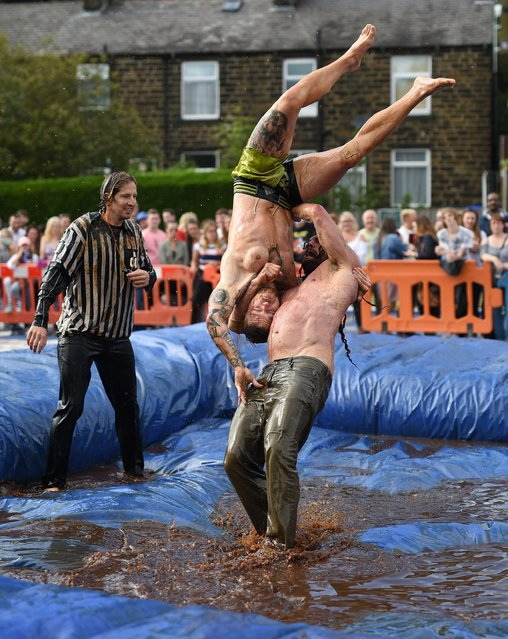 Competitors take part in the 10 th annual World Gravy Wrestling Championships held at the Rose 'n' Bowl Pub near Bacup, north west England on August 28, 2017. (Photo by Oli Scarff/AFP Photo)