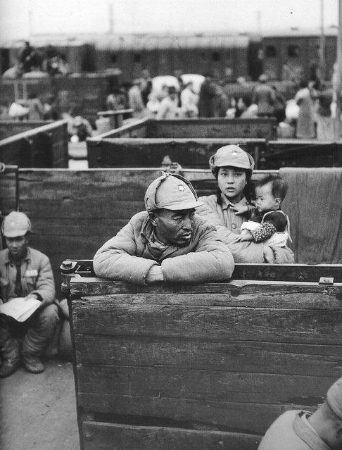 1948年10月, 浦口,穿着捐来的衣服怀抱婴儿的少妇。 (In October 1948, Pukou, wearing donated clothes baby in tow to the young woman)