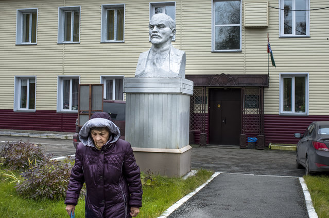 In this photo taken on Friday, October 6, 2017, a bust of Lenin stands at a college of Road Facilities in Novosibirsk, Russia. (Photo by Ilnar Salakhiev/AP Photo)