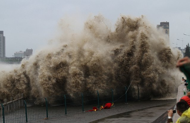 China ordered tens of thousands of boats back to shore and closed tourist attractions as a typhoon made landfall in the eastern province of Fujian early on Tuesday, 29 September 2015 after leaving two dead and hundreds injured in Taiwan. Fujian authorities told more than 30,000 fishing boats, carrying around 160,000 people, to return to shore as Typhoon Dujuan approached on Monday, state media reported, citing the flood control office. (Photo by Imaginechina/Splash News)