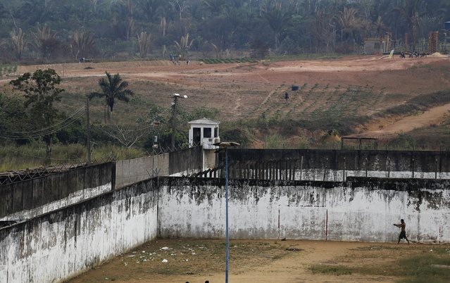 An inmate walks through a prison courtyard at a complex of ten prisons in Porto Velho, Rondonia State, Brazil, August 28, 2015. (Photo by Nacho Doce/Reuters)