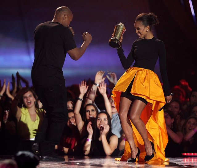 Kerry Washington presents the MTV generation award to Jamie Foxx. (Photo by Matt Sayles/Invision)