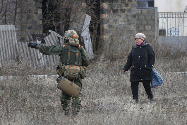A woman speaks with Ukrainian serviceman in the eastern Ukrainian town of Debaltseve in Donetsk region, December 24, 2014. (Photo by Valentyn Ogirenko/Reuters)