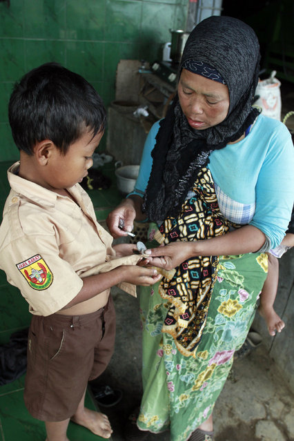 The 7-year-old receives pocket money from his mother. (Photo by Rezza Estily/JG Photo)