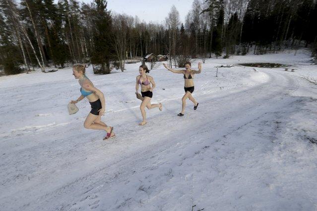 People run to the next sauna during the sauna marathon near Otepaa, Estonia, February 6, 2016. (Photo by Ints Kalnins/Reuters)