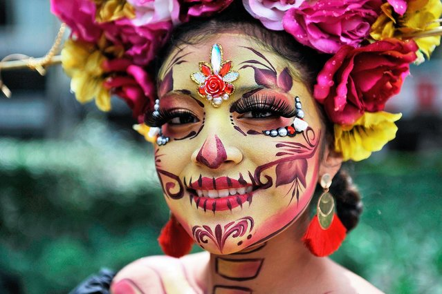 "A woman fancy dressed as Catrina takes part in the ""Catrinas Parade"" along Reforma Avenue, in Mexico City on October 26, 2019. (Photo by Claudio Cruz/AFP Photo)"