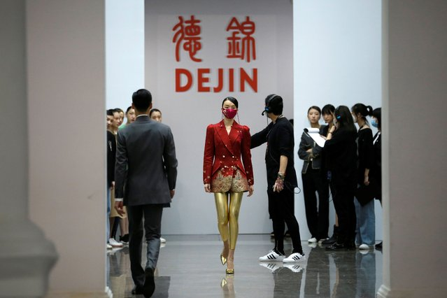 A model rehearses with a fabric face mask on, designed by Zhou Li for her Autumn/Winter 2020 collection show, during China Fashion Week in Beijing, following the novel coronavirus disease (COVID-19) outbreak, China on May 3, 2020. (Photo by Tingshu Wang/Reuters)