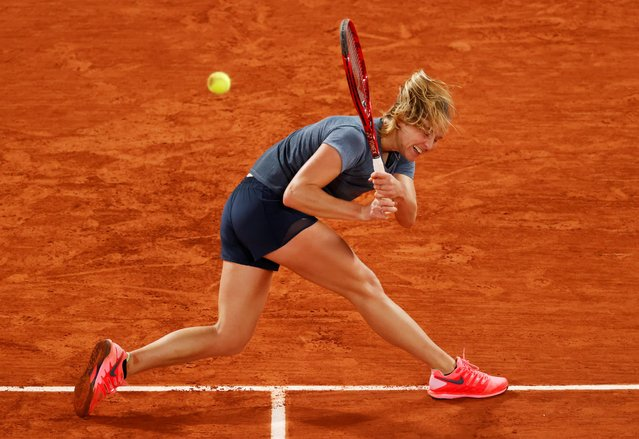 France's Fiona Ferro returns the ball to Sofia Kenin of the US during their women's singles fourth round tennis match on Day 9 of The Roland Garros 2020 French Open tennis tournament in Paris on October 5, 2020. (Photo by Christian Hartmann/Reuters)