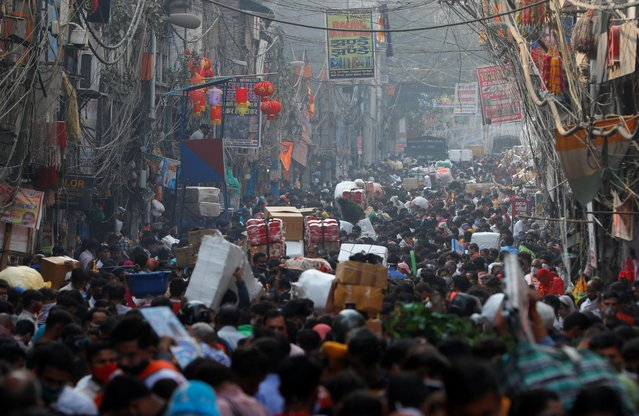 Shoppers crowd a market ahead of the Hindu festival of Diwali, amidst the spread of the coronavirus disease (COVID-19), in the old quarter of Delhi, India, November 10, 2020. (Photo by Adnan Abidi/Reuters)