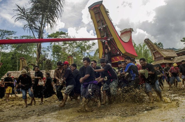 Villagers and relatives carry the remains of a deceased person as part of a traditional Rambu Solo funeral rite ceremony in Makale, Tana Toraja in South Sulawesi province December 26, 2014 in this photo taken by Antara Foto. (Photo by Sahrul Manda/Reuters/Antara Foto)