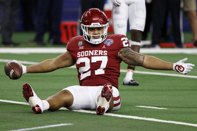 Oklahoma tight end Jeremiah Hall celebrates after catching a pass inside the 5-yard line during the second half of the team's Cotton Bowl NCAA college football game against Florida in Arlington, Texas, Wednesday, December 30, 2020. (Photo by Ron Jenkins/AP Photo)