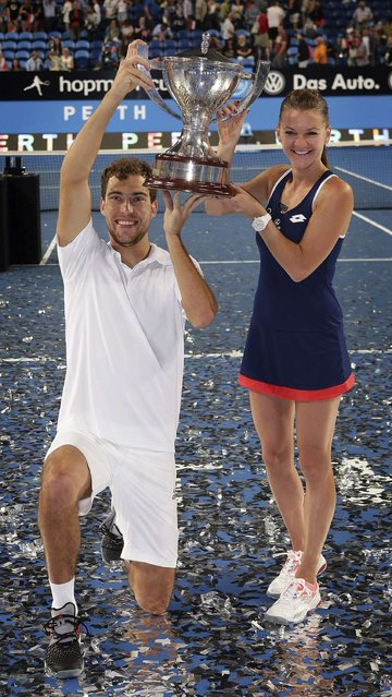 Agnieszka Radwanska (R) and Jerzy Janowicz of Poland hold up the Hopman Cup after defeating Serena Williams and John Isner of the U.S. in the 2015 Hopman Cup final in Perth, January 10, 2015. (Photo by Reuters/Stringer)
