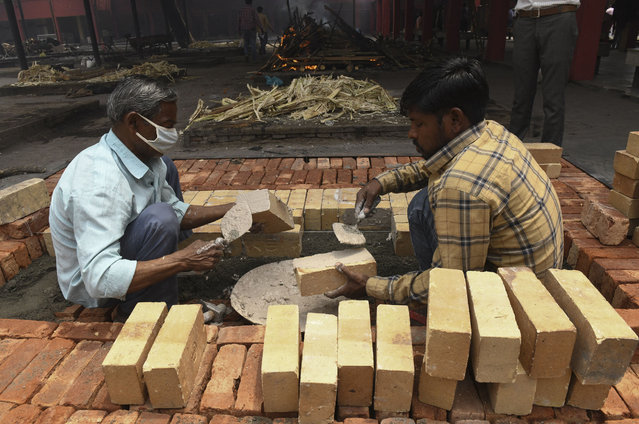 Labourers build cremation platforms to meet the increase of cremations due to the Covid-19 coronavirus pandemic at acrematorium in Amritsar on April 29, 2021. (Photo by Narinder Nanu/AFP Photo)